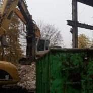 Rozbiórka budynku piętrowego w Warszawie.